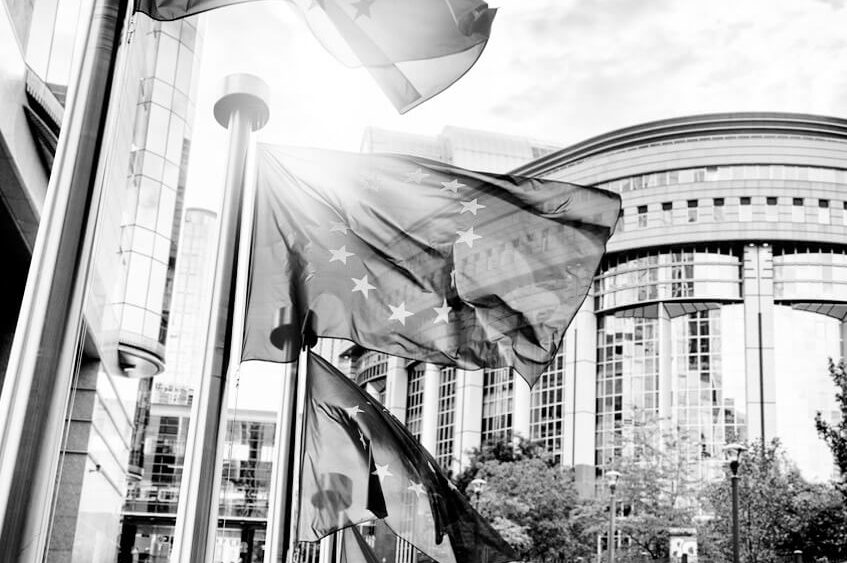 Bild mit Regierungsgebäude und Europaflaggen