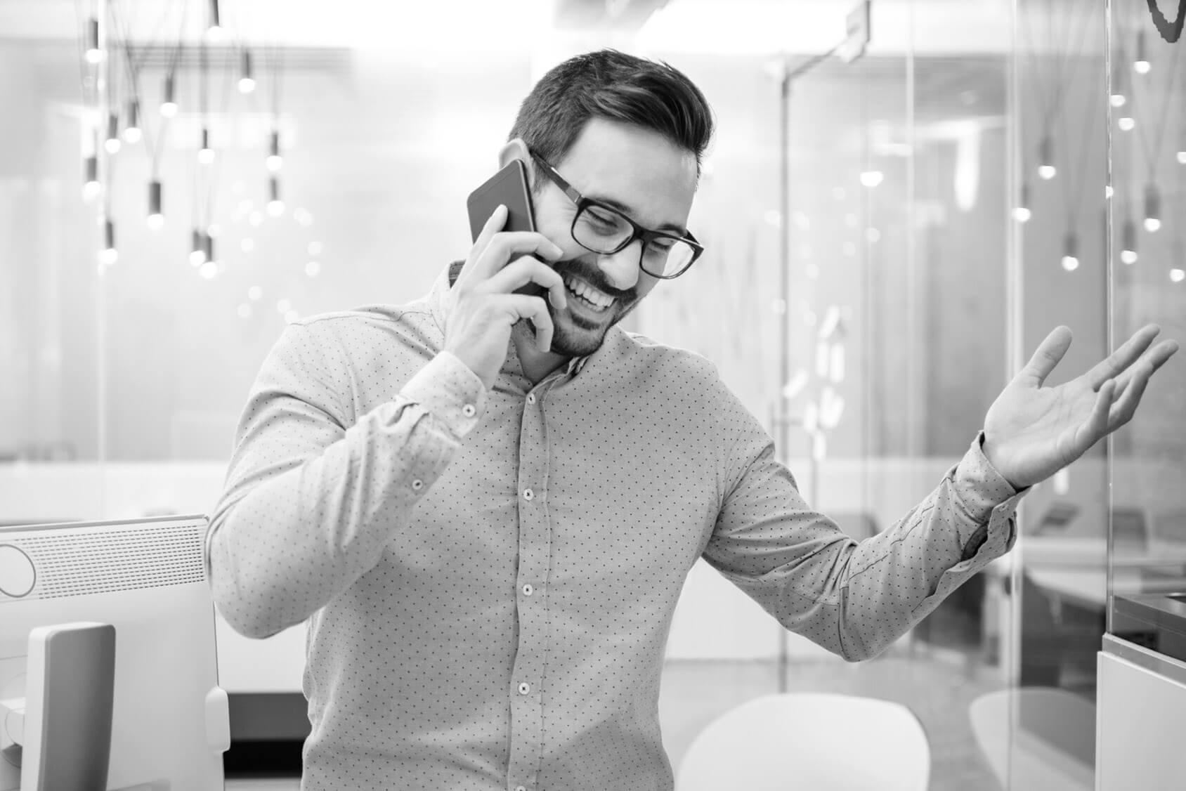 junger Mann führt ein Telefonat im Telemarketing