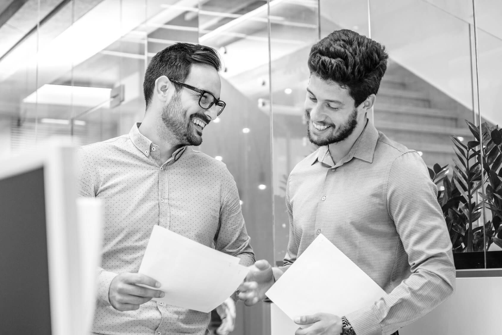 zwei Männer besprechen zufrieden ein Potenzialdaten-Angebot