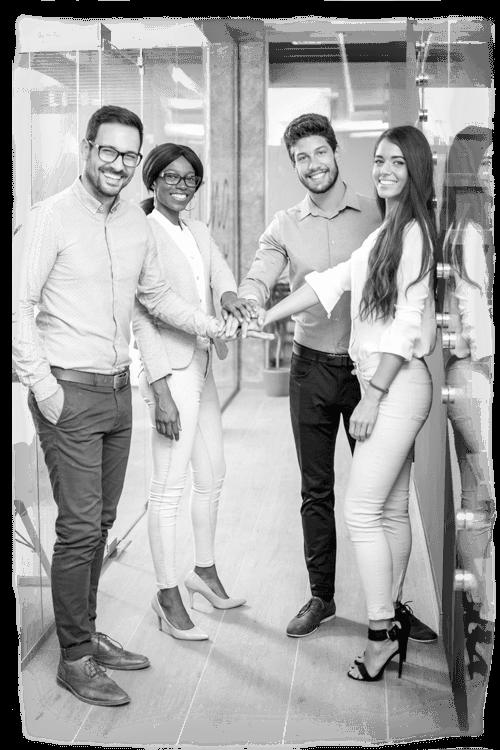 Gruppe junger Büroangestellter zeigen Geste der Zusammengehörigkeit