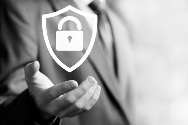 Sicherheitsschloss mit Schild zum Thema Informationssicherheit