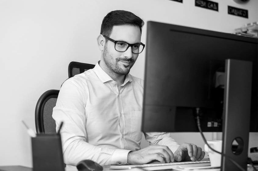 Junger Mann bei der PC-Eingabe im Bereich IT-Dienstleister